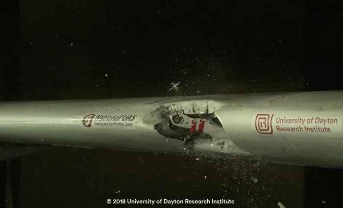 colisión de un drone con el ala de un avión